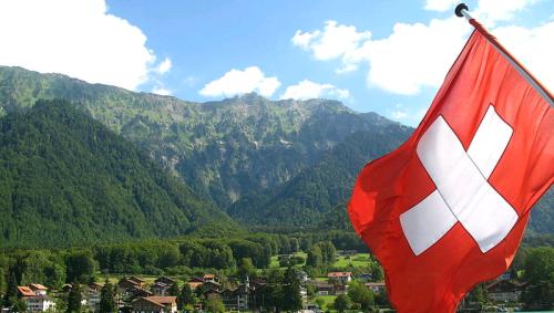 la-bandiera-svizzera-sul-lago-di-Brienz